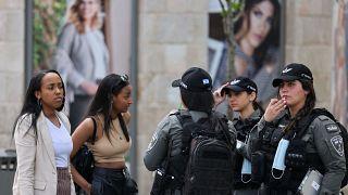 شابات إسرائيليات بينهن ثلاث شرطيات بالقدس بعد قرار رفع وجوب ارتاداء الكمامات الواقية من وباء كورونا. 18/04/2021
