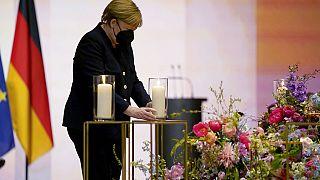 La chancelière allemande Angela Merkel porte une bougie en hommage aux victimes du Covid-19 dans le pays, Berlin, Allemagne, le 18 avril 2021