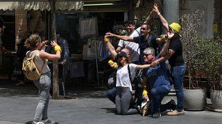 شاهد: الإسرائيليون يتحررون من الكمامات وعزوف عن التلقيح في مدينة فرنسية