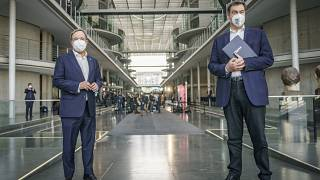 Armin Laschet von der CDU (links), Markus Söder von der CSU mit Masken.