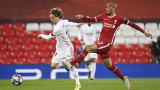 Luka Modric, a Real Madrid és Fabinho, a Liverpool játékosa a Bajnokok Ligája negyeddöntőjében játszott Liverpool - Real Madrid mérkőzésen 2021. április 14-én