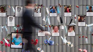 A koronavírus-járványban elhunyt szentpétervári egészségügyi dolgozók fényképei 2020 májusában