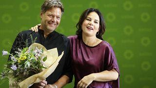 رئيسة حزب الخضر أنالينا بيربوك وهي تهنئ روبرت هابيك أحد قيادي حزبها بعيد ميلاده
