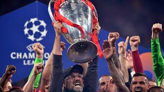 الألماني يورجن كلوب مدرب ليفربول يرفع الكأس بعد فوزه في نهائي دوري أبطال أوروبا أمام توتنهام هوتسبير على ملعب واندا ميتروبوليتانو في مدريد.