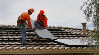 Instalación de un panel solar en una vivienda