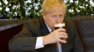 رئيس الوزراء البريطاني بوريس جونسون يرتشف كأس من البيرة في حانة في ولفرهامبتون بوسط إنجلترا.