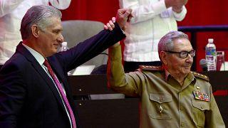 Raul Castro, à droite, soulève la main du président cubain Miguel Diaz-Canel, élu premier secrétaire du parti communiste cubain, le 19 avril 2021, La Havane