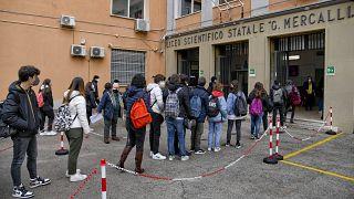 Diákok várakoznak egy nápolyi középiskola előtt 2021.04.19-én