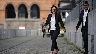 Die Grüne Kanzlerkandidatin Annalena Baerbock - mit Robert Habeck im Hintergrund