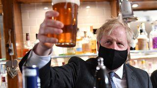 آبجوخوری پساقرنطینه در بریتانیا؛ جانسون توانست، استارمر نتوانست