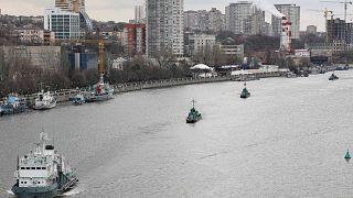 سفن حربية تابعة لأسطول بحر قزوين التابع للبحرية الروسية وهي تبحر على نهر الدون خلال انتقالها من بحر قزوين إلى البحر الأسود، 13 أبريل 2021