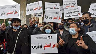 صحافيون تونسيون أثناء تظاهرهم اعتراضاَ على تعيين بن يونس
