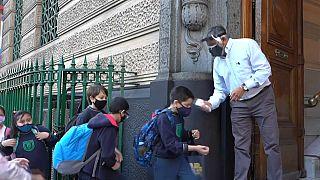 Niños argentinos a la entrada de un colegio de Buenos Aires