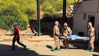 يحمل خبراء أتراك ضحية هجوم مزعوم بالأسلحة الكيماوية في مدينة إدلب السورية، في مستشفى محلي في الريحانية، هاتاي، تركيا، 4 أبريل/ نيسان 2017
