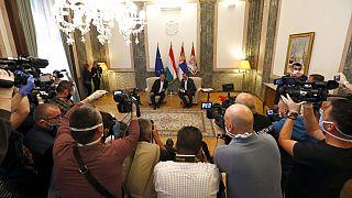 Orbán Viktor magyar kormányfő és Alekszandar Vucsics szerb elnök újságírók gyűrűjében