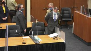 Derek Chauvin sale esposado de la sala del juicio