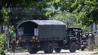 Myanmar'ın Yangon kentinde darbe karşıtı sivil göstericilere müdahaleye hazırlanan güvenlik güçleri, araçlarla bu noktaya sevk edildi