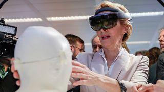رئيسة المفوضية الأوروبية أورسولا فون دير لايين تجرب خوذة الواقع المعزز في معرض للتقنيات في بروكسل