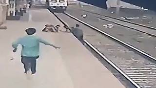 رجل ينقذ طفلًا فقد توازنه وسقط في مسار قطار قادم في محطة سكة حديد فانغاني في مومباي- الهند.