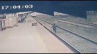 Ινδία: Άνδρας έσωσε παιδί που είχε πέσει στην αποβάθρα λίγο πριν φτάσει το τρένο