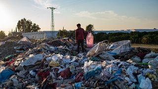 رجل يجمع أغراضا من مكب نفايات غير قانوني ، 29 نوفمبر ، 2020 في أضنة ، جنوب تركيا