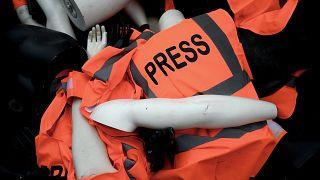 دمى عليها شارات وسترات صحفية تراكمت من قبل أعضاء منظمة مراسلون بلا حدود خلال احتجاج بمناسبة مرور عام على وفاة جمال خاشقجي.