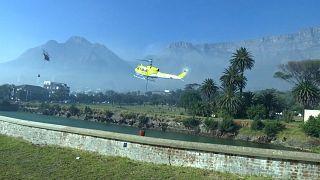 شاهد: فرق الإطفاء تحاول السيطرة على حرائق الغابات في جنوب إفريقيا