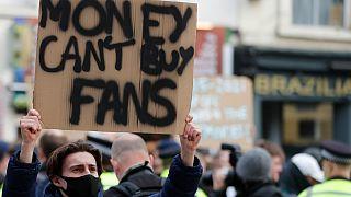 Revolta dos adeptos leva clubes ingleses a abandonar projeto elitista