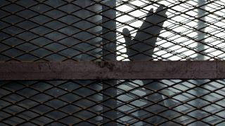 یک عضو اخوانالمسلمین در قفس دادگاه در مصر/آرشیو ۲۰۱۵