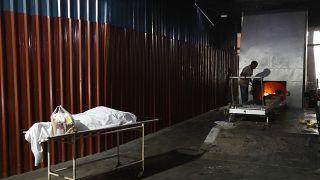 Кремация жертв Covid-19 в Нью-Дели, апрель 2021 года