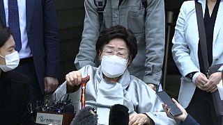 La plaignante Lee Yong-soo devant le tribunal de Séoul