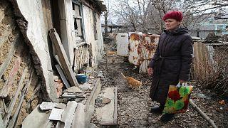 امرأة تزور منزلها في المنطقة التي يسيطر عليها الانفصاليون لجمع متعلقاتها بعد قصف أخير بالقرب من خط المواجهة خارج دونيتسك ، شرق أوكرانيا/ 9 أبريل 2021
