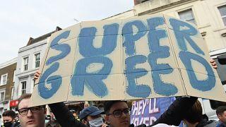 Szuper mohóság felirattal tüntetnek a szurkolók a Chelsea Szuperligához csatlakozása ellen
