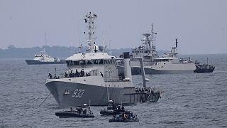 Endonezya Donanmasına ait gemiler, daha önceki bir uçak kazasının ardından arama faaliyetleri yürütürken