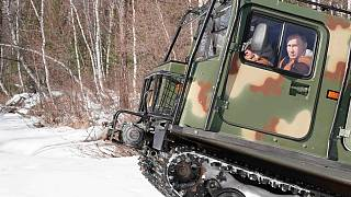 بوتين يقود مركبة مجنزرة في غابة التايغا في سيبيريا الروسية. 2021/03/21