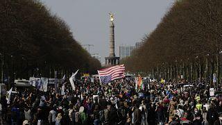 مسيرة احتجاجية ضد سياسة الحكومة الألمانية لمكافحة جائحة فيروس كورونا في برلين ، ألمانيا ، الأربعاء 21 أبريل 2021.