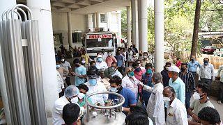 Hindistan'ın Maharaştra eyaletinde 22 koronavirüs hastası oksijen tankında sızıntı meydana gelmesi nedeniyle oksijensiz kalarak hayatını kaybetti