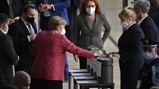Bundeskanzlerin Angela Merkel stimmt im Bundestag ab