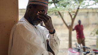 Nijerya'da bir okul baskınında iki kızı birden kaçırılan bir baba ağlarken (28 Şubat, 2021)