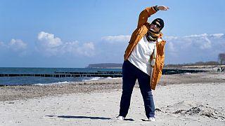 Eine Patientin am Strand nahe der Klinik in Heiligendamm