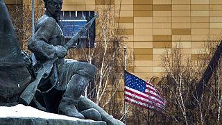 السفارة الأمريكية بعلمها الوطني خلف نصب تذكاري لعمال ثورة 1905 في موسكو
