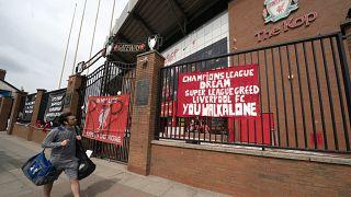 لافتات معلقة أمام ملعب ليفربول إثر سقوط المشاركة الإنجليزية في الدوري الأوروبي المقترح. 2021/04/21