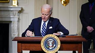 Foto de archivo del 27 de enero de 2021, el presidente Joe Biden firma una orden ejecutiva sobre el cambio climático