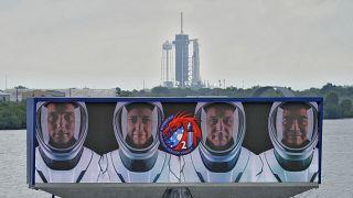 """L'équipage de la mission """"Crew-2"""" sur une vidéo projetée au centre spatial Kennedy en Floride, le 21/04/2021."""