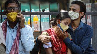 أقرباء أحد ضحايا وباء كورونا في أحد مستشفيات العاصمة الهندية نيودلهي. 21/04/2021