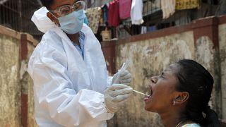 Koronavírus-vizsgálathoz vesznek mintát az indiai Mumbaiban április 16-án