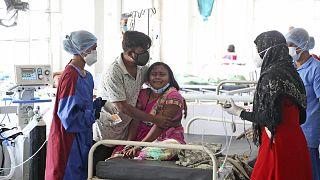 Hindistan'ın Nashik kentinde bir hastanede oksijen kıtlığı nedeniyle eşini kaybeden bir kadın gözyaşlarına boğuldu