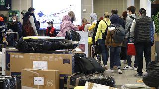 دبلوماسيون روس ينتظرون مع عائلاتهم في مطار فاكلاف هافل بعد هبوط طائرة حكومية روسية خاصة في براغ. 2021/04/19