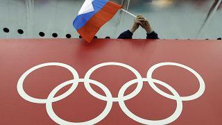 صورة من الارشيف- العلم الروسي يرفرف  فوق الحلقات الأولمبية