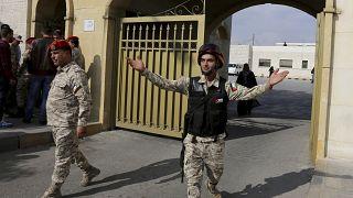عناصر أمنية أردنية تقف أمام مقر محكمة أمن الدولة في عمان. 2018/11/13